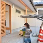 道路との高低差を利用したポーチは、車から荷物を降ろす時の荷卸し場としても便利です。