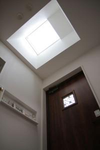 暗くなりがちな玄関に天窓をつけた事で明るくて気持ちのいい玄関になりました。