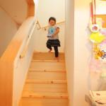 階段。一段一段にゆとりがあるので子供たちの遊び場にもなっています。