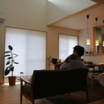 リビング。吹抜の大きな窓から入る光が明るくてとても気持ちいですね。