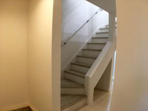 窓から入ってくる光が階段のデザインされた柱を通して綺麗なシルエットをつくっています。