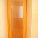 引き戸。扉の向こうの雰囲気が分かるようなデザインですが、よく見ると薄くスライスした板の木目が見えるんです。